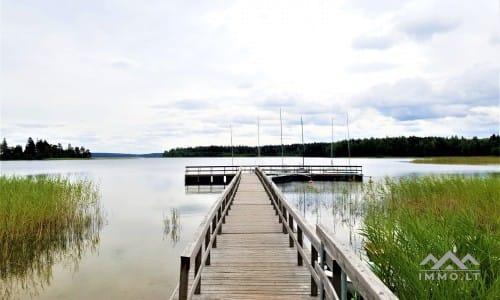 Gehöft in der Nähe von See