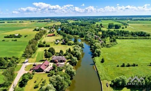 Namų valda prie upės