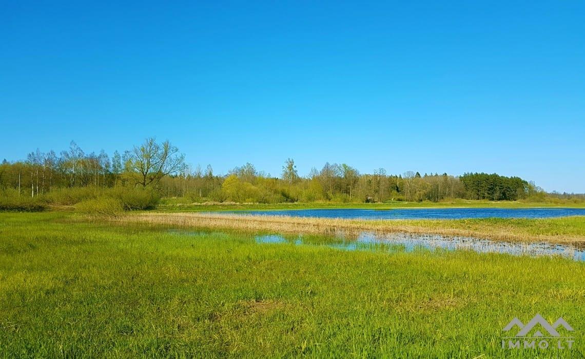 Gehöft am Fluss Leithe